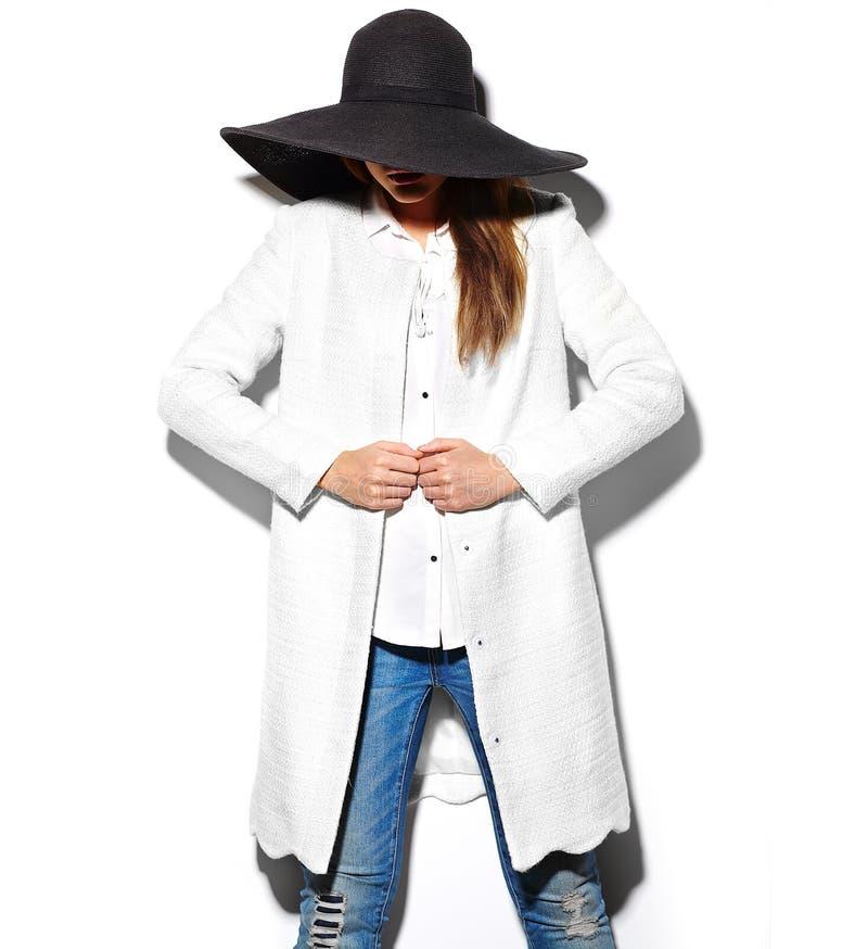 Ritratto del primo piano di fascino di bello modello castana alla moda sexy della giovane donna dei pantaloni a vita bassa fotografia stock libera da diritti
