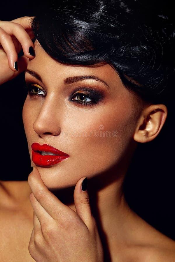 Ritratto del primo piano di fascino di bello modello caucasico castana alla moda sexy della giovane donna con trucco luminoso, con immagini stock