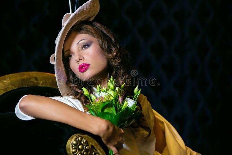 Ritratto del primo piano di giovane bella donna in un ehat del progettista fotografia stock