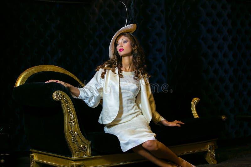 Ritratto del primo piano di giovane bella donna in un ehat del progettista immagini stock