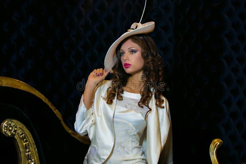 Ritratto del primo piano di giovane bella donna in un ehat del progettista immagine stock libera da diritti