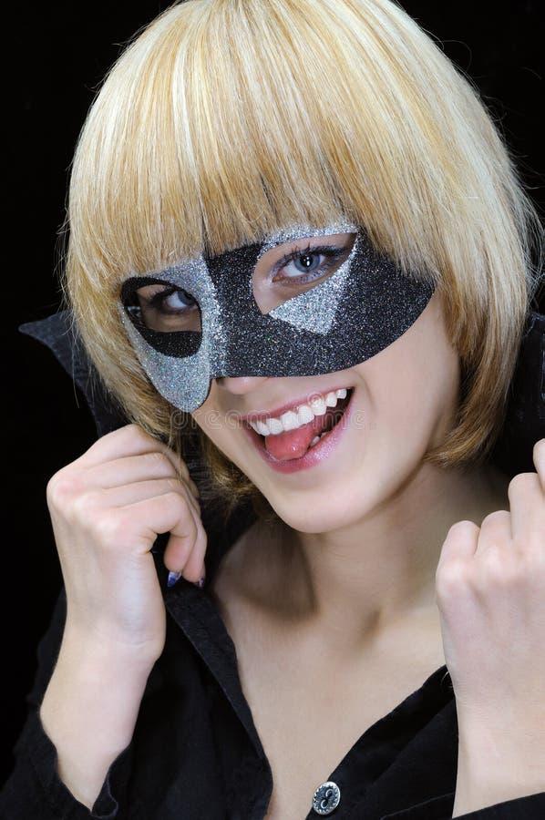Ritratto del primo piano di giovane donna allegra con la lingua fuori fotografie stock