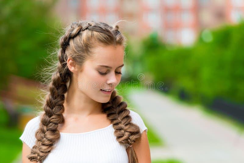 Ritratto del primo piano di giovane donna di 20 anni in un T-shir bianco fotografie stock
