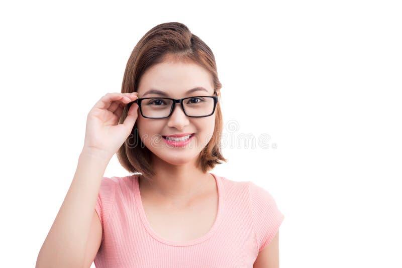 Ritratto del primo piano di giovane donna asiatica allegra in vetri immagine stock libera da diritti
