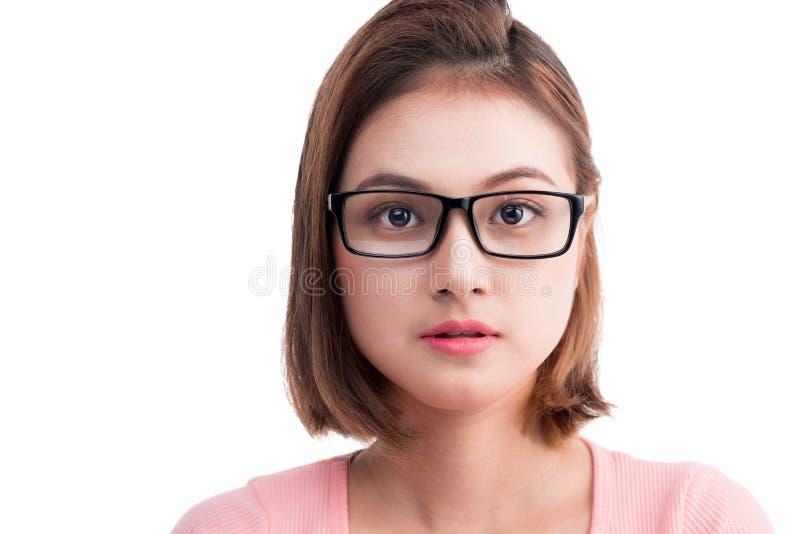 Ritratto del primo piano di giovane donna asiatica allegra in vetri fotografia stock