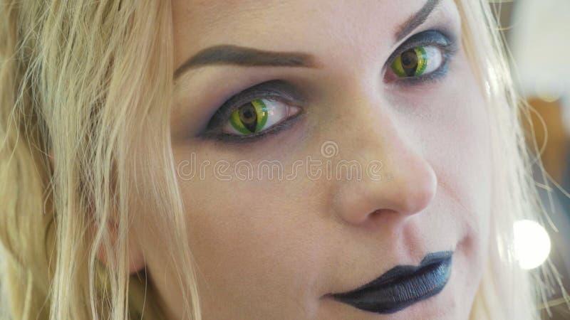 Ritratto del primo piano di giovane donna graziosa con trucco di Halloween al salone di bellezza fotografia stock