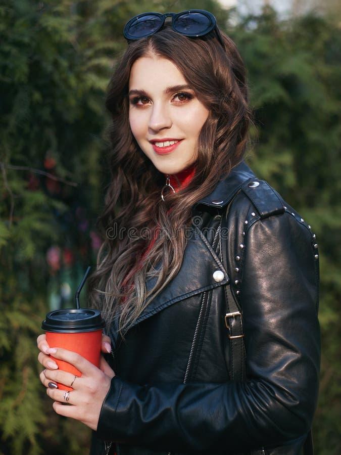 Ritratto del primo piano di giovane donna riccia castana con trucco rosso creativo d'avanguardia che posa all'aperto alla luce so fotografie stock libere da diritti
