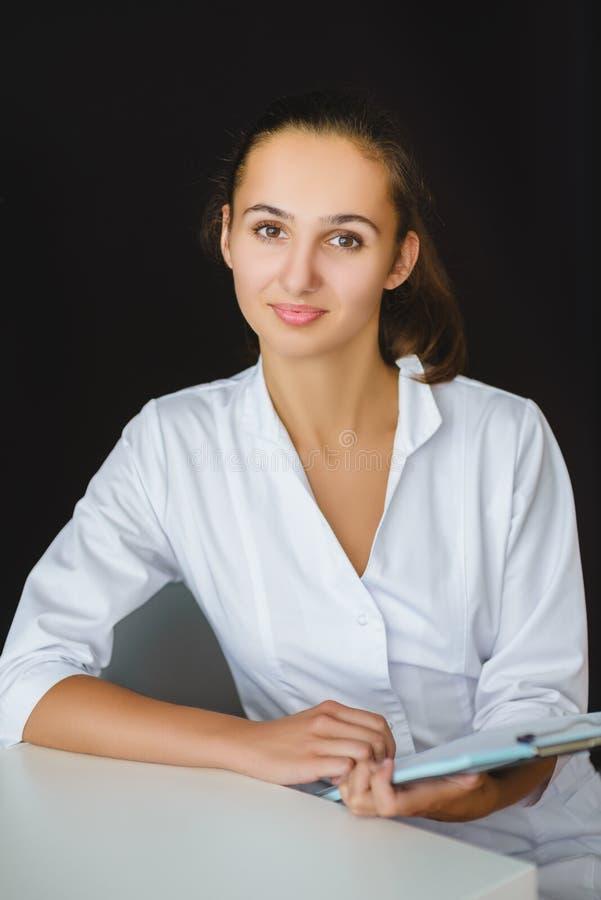 Ritratto del primo piano di giovane lavoratore medico femminile in ufficio fotografia stock libera da diritti
