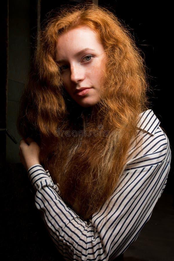 Ritratto del primo piano di giovane modello dai capelli rossi con capelli fertili lunghi immagine stock