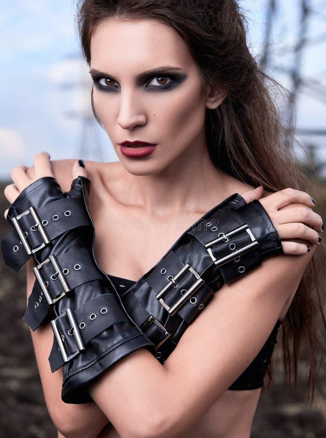 Ritratto del primo piano di giovane ragazza gotica adorabile che indossa i guanti di cuoio neri fotografia stock