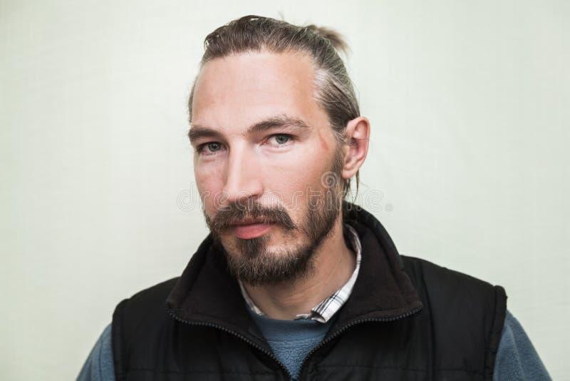 Ritratto del primo piano di giovane uomo asiatico barbuto immagini stock libere da diritti