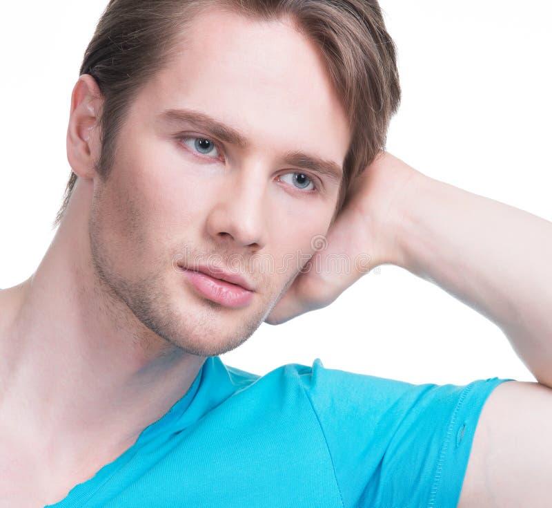 Ritratto del primo piano di giovane uomo attraente. immagini stock libere da diritti