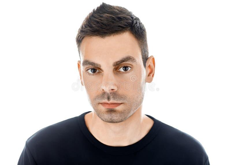 Ritratto del primo piano di giovane uomo bello isolato sul backgro bianco immagine stock