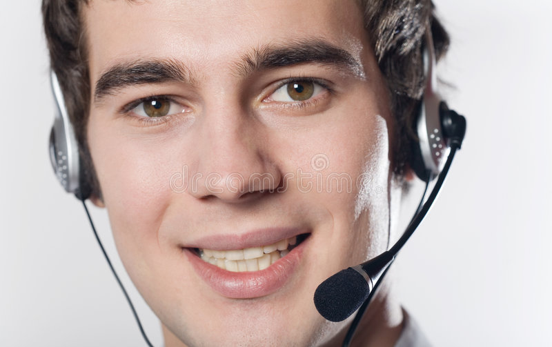 Ritratto del primo piano di giovane uomo sorridente di affari con la cuffia avricolare immagine stock