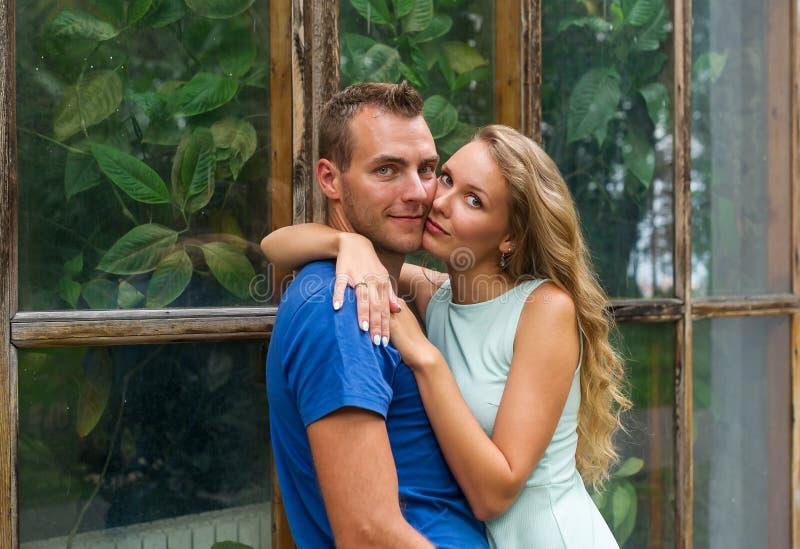 Ritratto del primo piano di giovani coppie romantiche in un giardino botanico fotografia stock libera da diritti