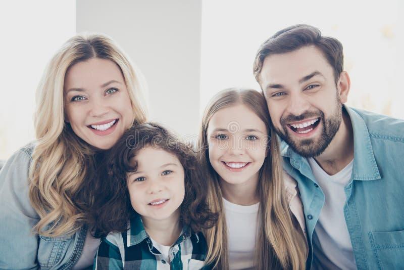 Ritratto del primo piano di grande famiglia numerosa della gente felice di buon umore allegra adorabile sveglia affascinante ador fotografia stock