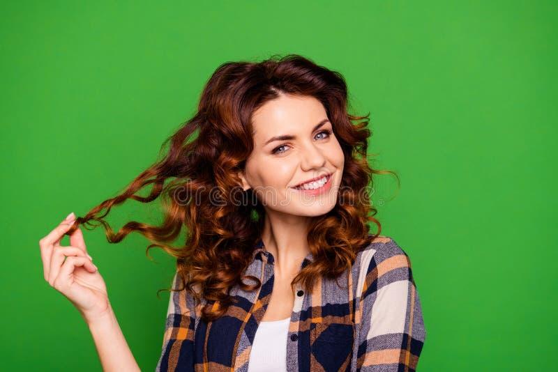 Ritratto del primo piano di lei che signora dai capelli ondulati di buon umore allegra graziosa adorabile accattivante attraente  fotografia stock libera da diritti