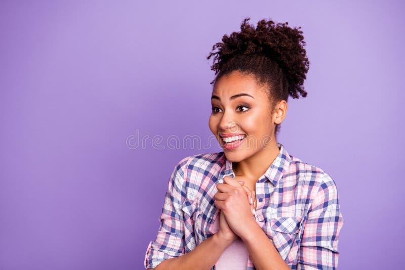 Ritratto del primo piano di lei lei dai capelli ondulati contentissimo di buon umore allegro di lustro adorabile attraente svegli immagine stock libera da diritti