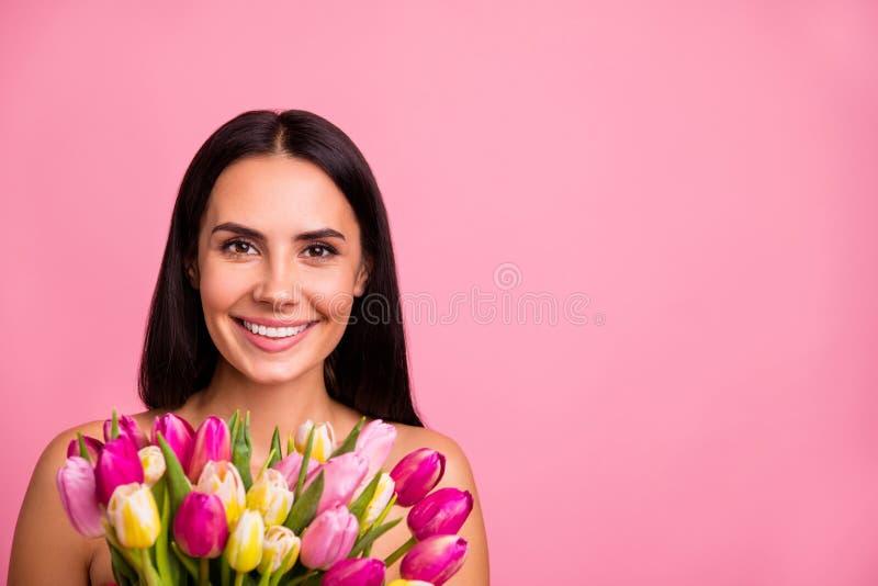 Ritratto del primo piano di lei lei fiori variopinti di signora castana allegra affascinante accattivante adorabile attraente sve fotografia stock libera da diritti