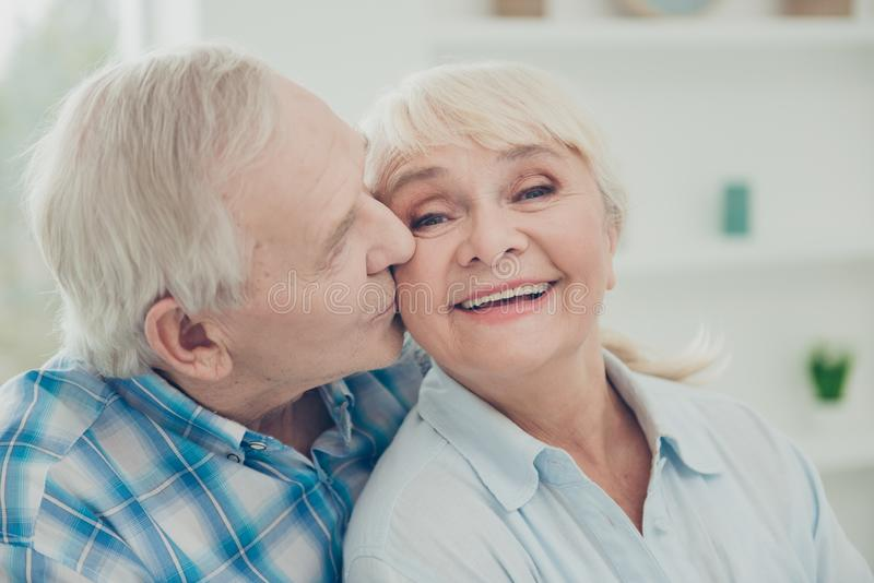 Ritratto del primo piano di lei lei il suo lui due partner di buon umore allegri delicati dolci affettuosi adorabili attraenti pi immagine stock