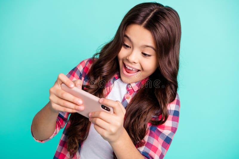 Ritratto del primo piano di lei lei ragazza dai capelli ondulati di buon umore allegra di ragazza sveglia affascinante attraente  fotografie stock libere da diritti
