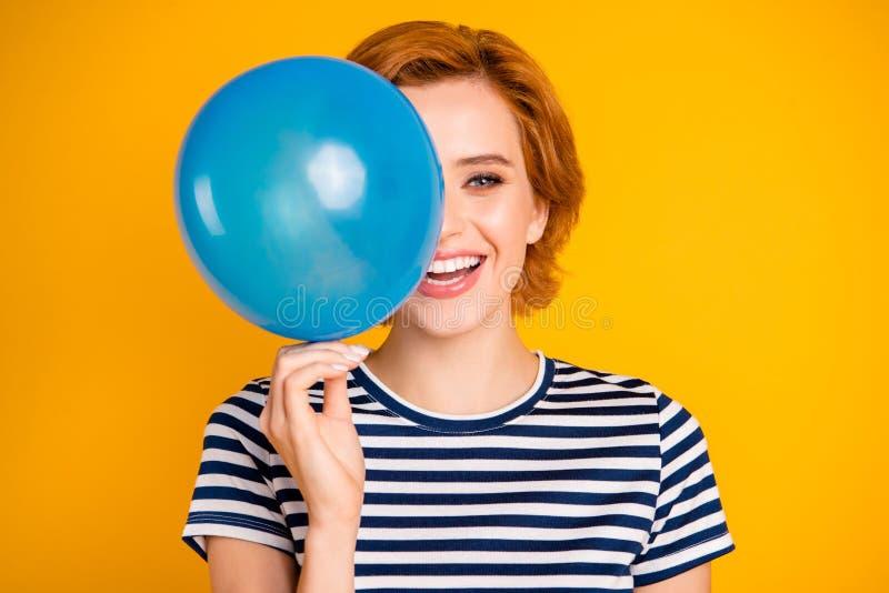 Ritratto del primo piano di lei lei ragazza estatica felice di buon umore allegra attraente affascinante adorabile sveglia piacev fotografia stock libera da diritti