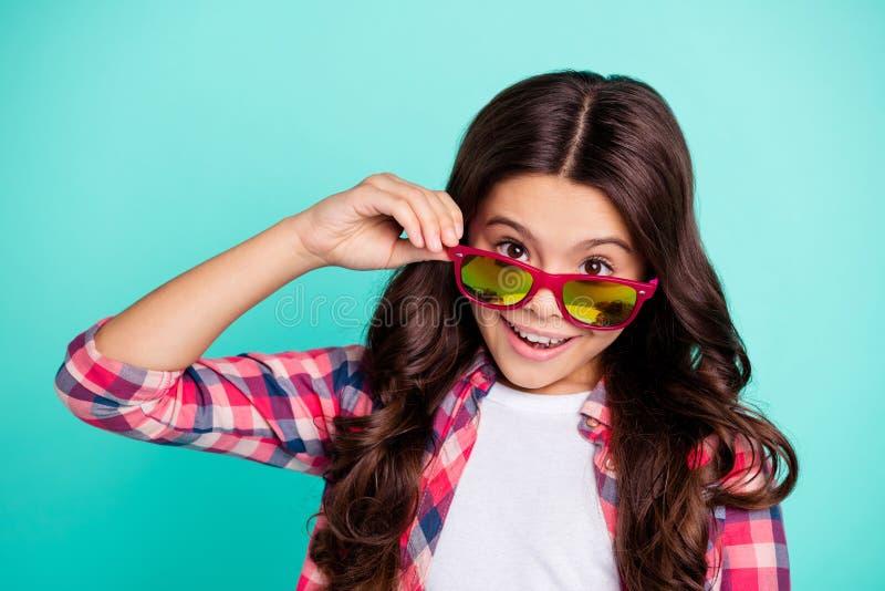 Ritratto del primo piano di lei lei ragazza pre-teen dai capelli ondulati di buon umore allegra adorabile attraente piacevole che fotografie stock