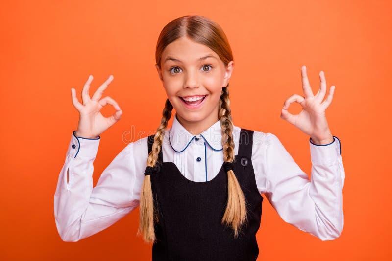 Ritratto del primo piano di lei lei ragazza pre-teen felice di buon umore allegra del contenuto adorabile attraente piacevole che immagine stock
