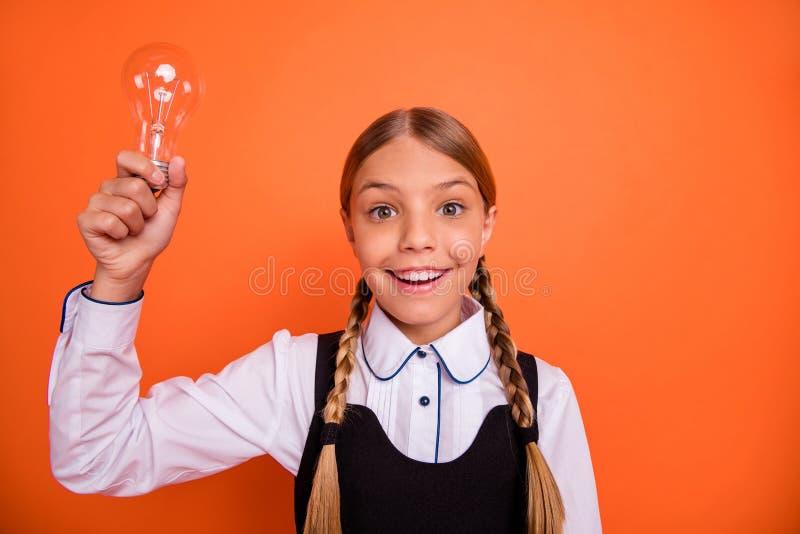 Ritratto del primo piano di lei lei ragazza pre-teen del nerd intellettuale di buon umore allegro adorabile attraente piacevole c fotografia stock libera da diritti