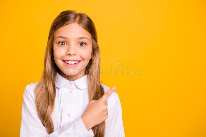 Ritratto del primo piano di lei lei ragazza preteen diritto-dai capelli di buon umore allegra abile astuta adorabile attraente at immagine stock