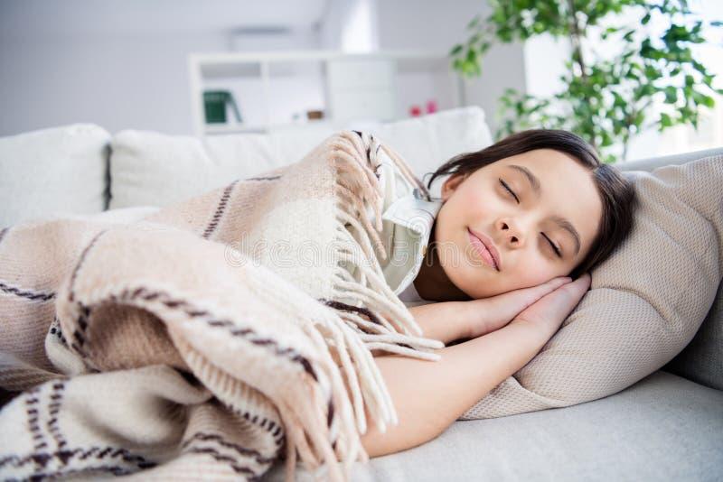 Ritratto del primo piano di lei lei ragazza preteen vaga pacifica di calma sveglia affascinante adorabile attraente piacevole che immagine stock