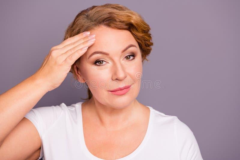 Ritratto del primo piano di lei lei uso dai capelli ondulati di signora del contenuto affascinante adorabile adorabile attraente  fotografie stock libere da diritti