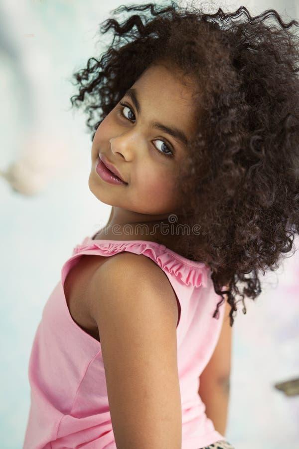 Ritratto del primo piano di piccola ragazza sveglia fotografie stock libere da diritti