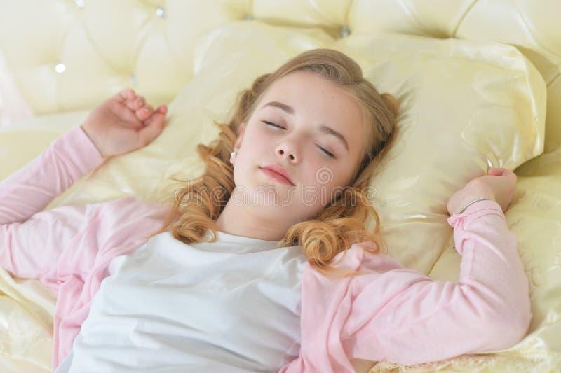 Ritratto del primo piano di sonno sveglio della bambina fotografia stock libera da diritti
