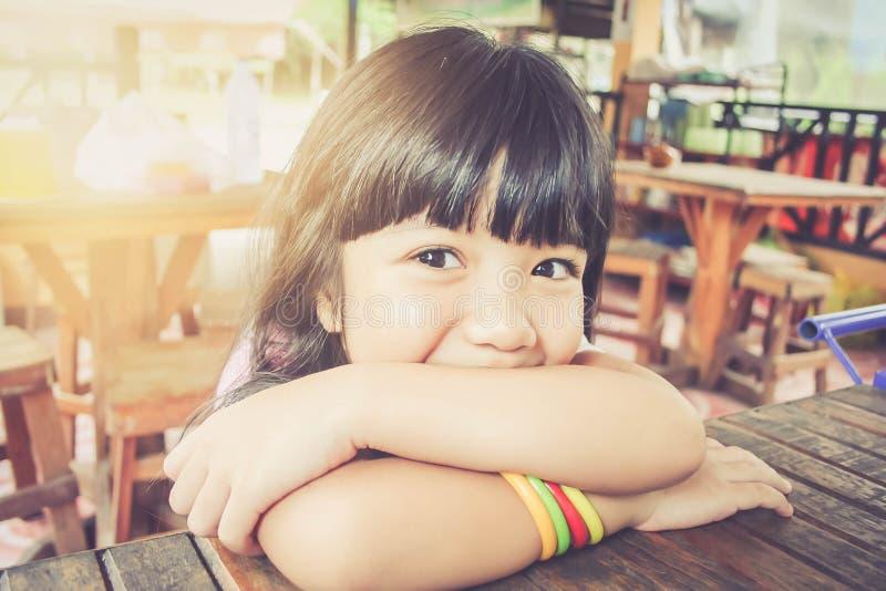 Ritratto del primo piano di sorridere asiatico della bambina immagine stock libera da diritti