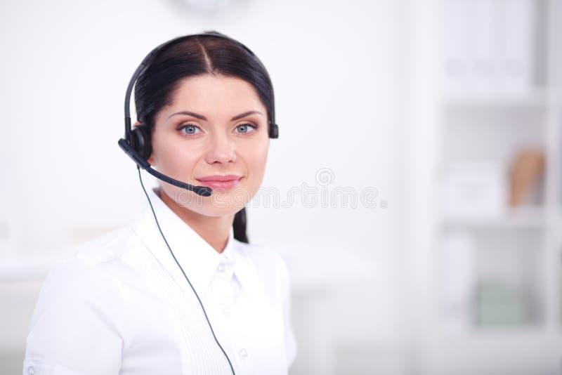Ritratto del primo piano di un agente di servizio di assistenza al cliente che si siede all'ufficio immagini stock libere da diritti