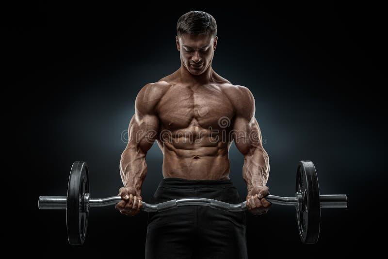 Ritratto del primo piano di un allenamento muscolare dell'uomo con il bilanciere alla palestra immagine stock