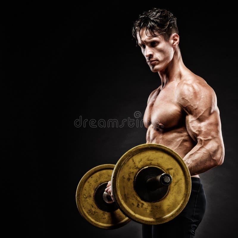 Ritratto del primo piano di un allenamento muscolare dell'uomo con il bilanciere alla palestra fotografie stock