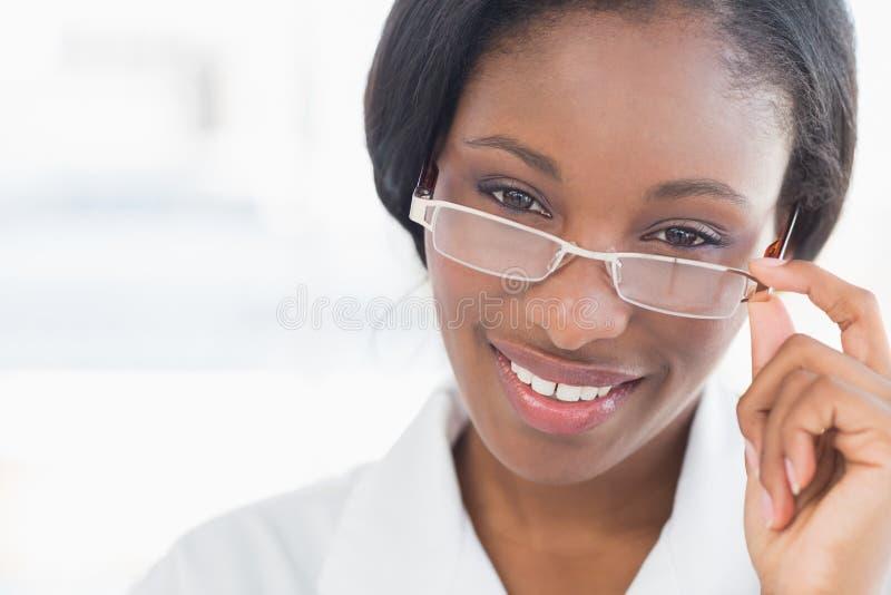 Ritratto del primo piano di un medico femminile con i vetri dell'occhio immagine stock libera da diritti