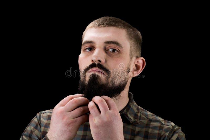 Ritratto del primo piano di un uomo barbuto brutale immagine stock