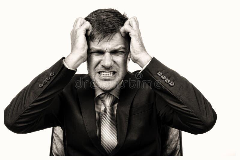 Ritratto del primo piano di un uomo d'affari frustrato che tira i suoi capelli fotografia stock