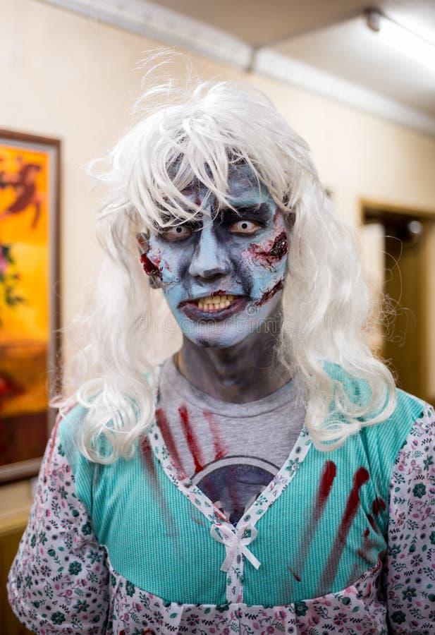 Ritratto del primo piano di un uomo spaventoso orribile dello zombie orrore Halloween fotografie stock libere da diritti