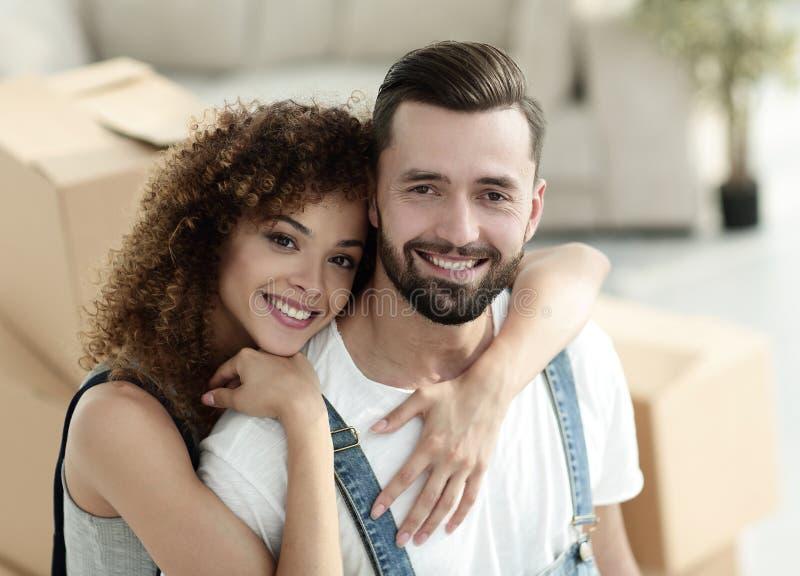 Ritratto del primo piano di una coppia della persona appena sposata su un fondo delle scatole fotografie stock