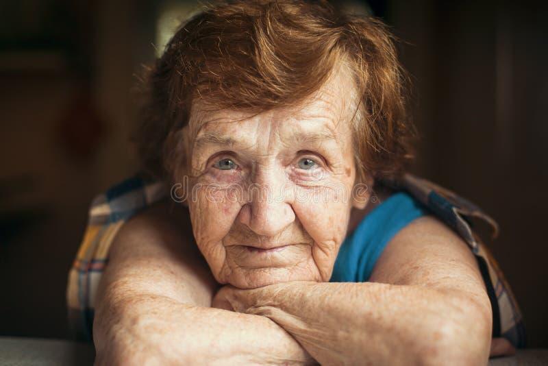 Ritratto del primo piano di una donna anziana fotografie stock