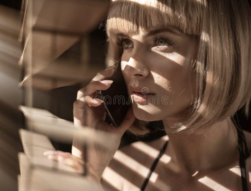 Ritratto del primo piano di una donna calma che parla sul telefono immagine stock libera da diritti