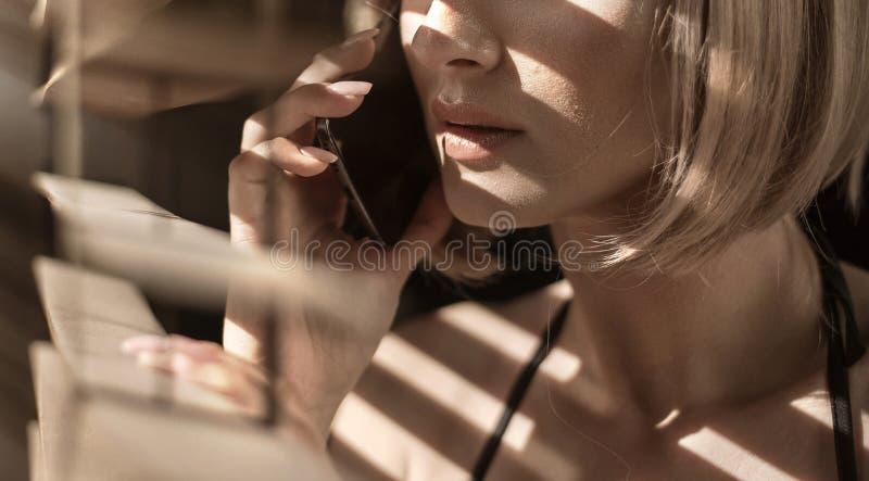 Ritratto del primo piano di una donna calma che parla sul telefono fotografie stock