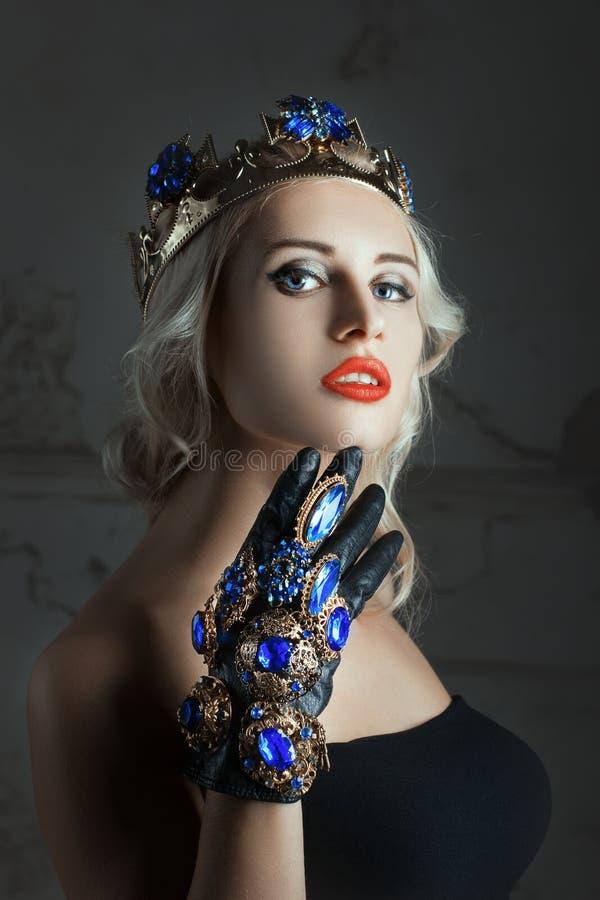 Ritratto del primo piano di una donna con gioielli fotografia stock