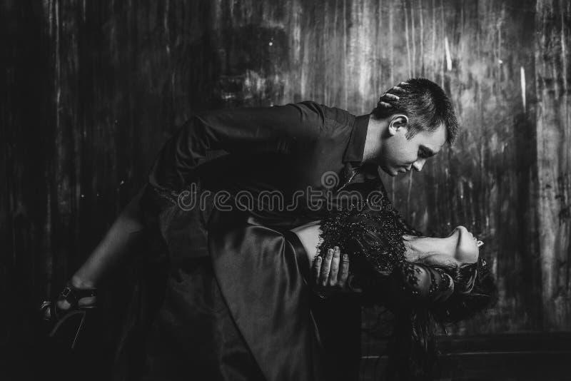 Ritratto del primo piano di una donna sensuale che seduce il suo amante bello fotografia stock