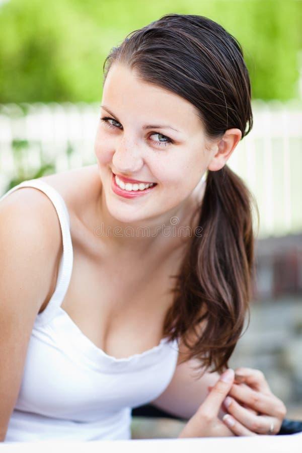 Ritratto del primo piano di una giovane donna attraente immagine stock
