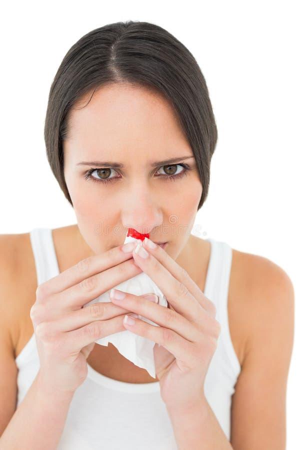 Ritratto del primo piano di una giovane donna con il naso dell'emorragia immagini stock libere da diritti